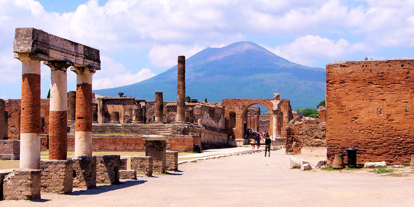 Ruinerne af Pompeji med Vesuv i baggrunden.