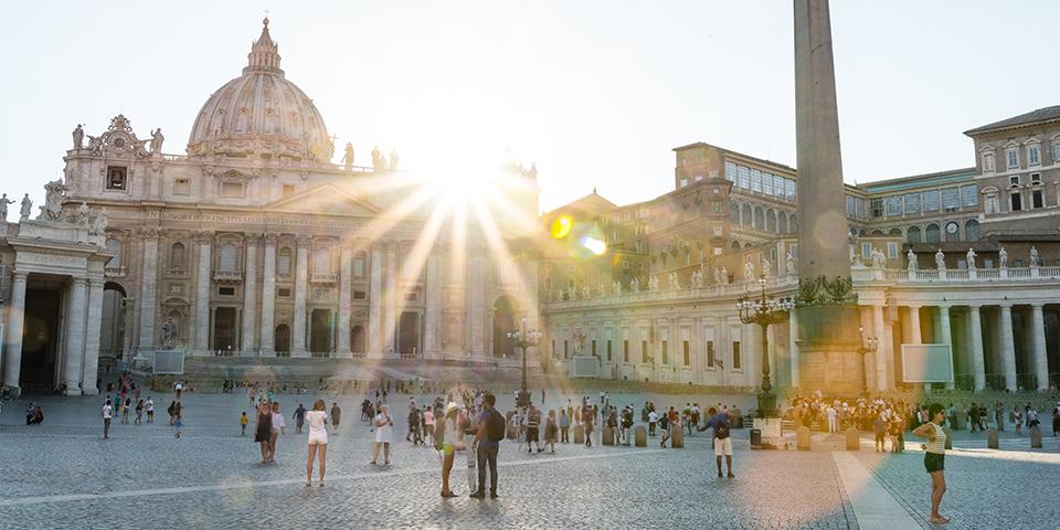 Peterspladsen og Peterskirken badet i sollys.
