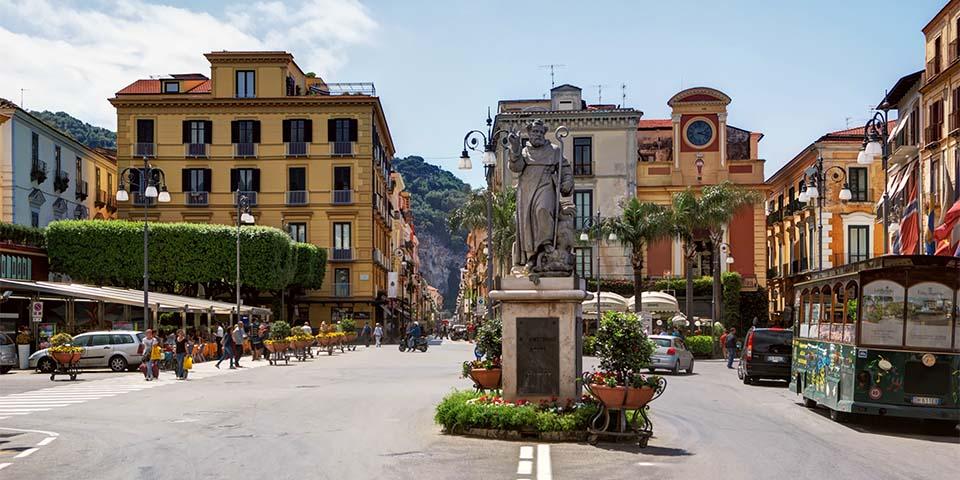 Nyd stemningen på torvet Piazza Tasso i Sorrento.