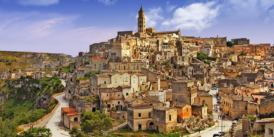 På en bakketop finder vi den historiske by Matera.