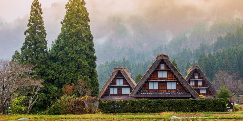 Traditionelle huse omkranset af De Japanske Alper i eventyrlige Shirakawago.