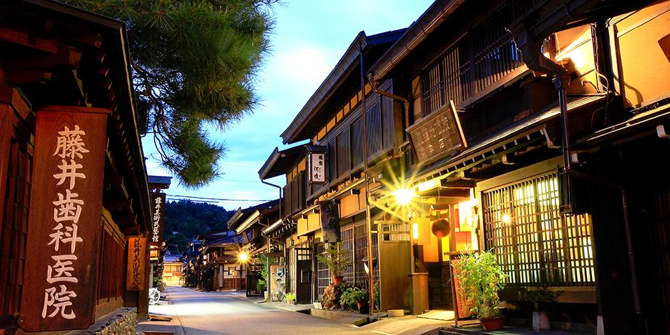 Mørket falder på i Takayama.