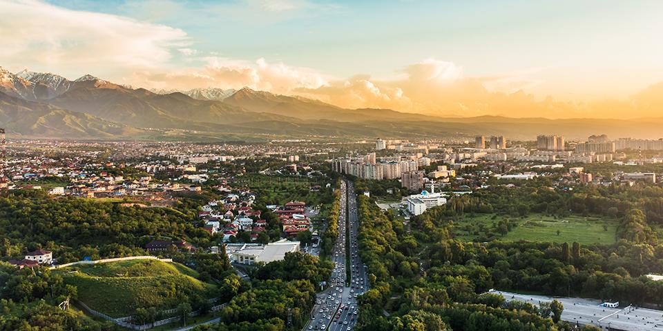 Almaty med smukke bjerge i baggrunden.