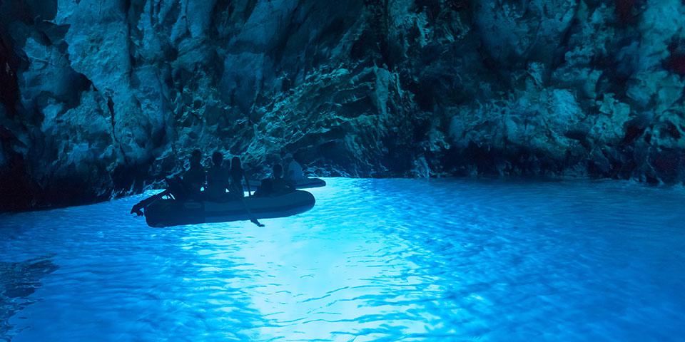 Et besøg i Den Blå Grotte er en magisk oplevelse.