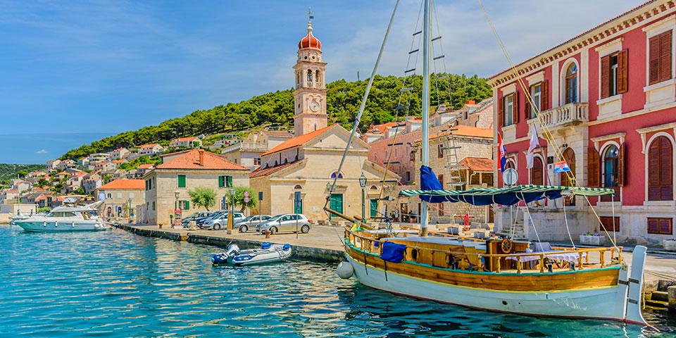 Havnefronten i byen Pucisca.