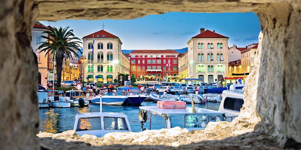 Den hyggelige havneby Split.