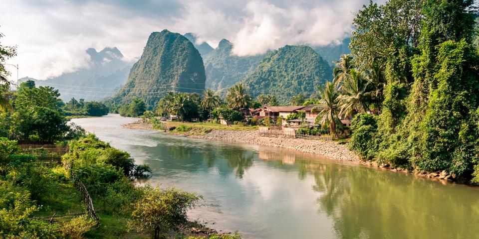 Det smukke landskab omkring Nam Song-floden.