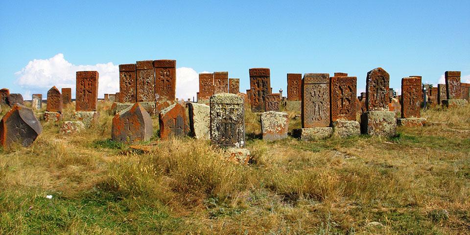 Den gamle kirkegård i Noratus.