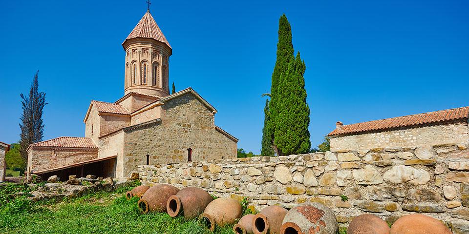 Gamle lerkrukker til vin foran kirke i Kakheti.