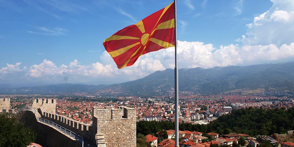 Det nordmakedonske flag vejrer over Ohrid.