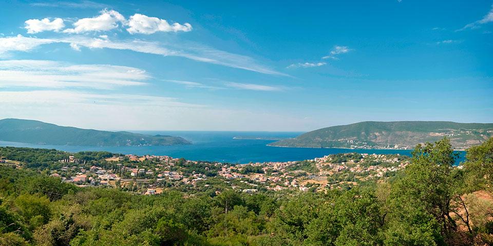Byerne Herceg Novi og Igalo er næsten vokset sammen ved kysten.