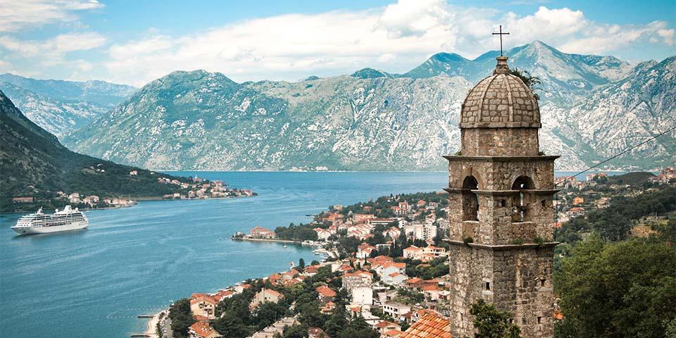 Byen Kotor ligger for foden af bjerget Orjen og Lovćen-bjergene.