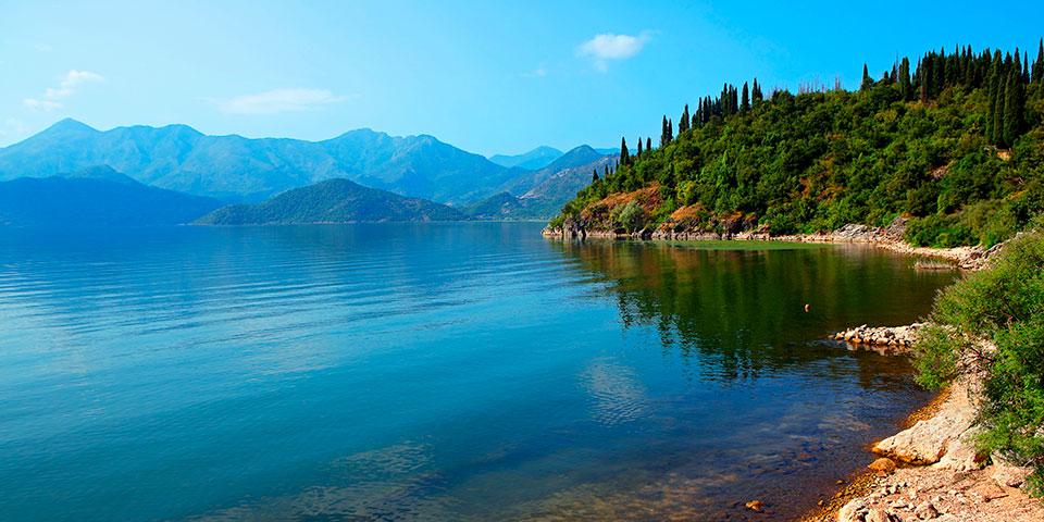 Den smukke Skadarsø er en af Balkanhalvøens største søer.