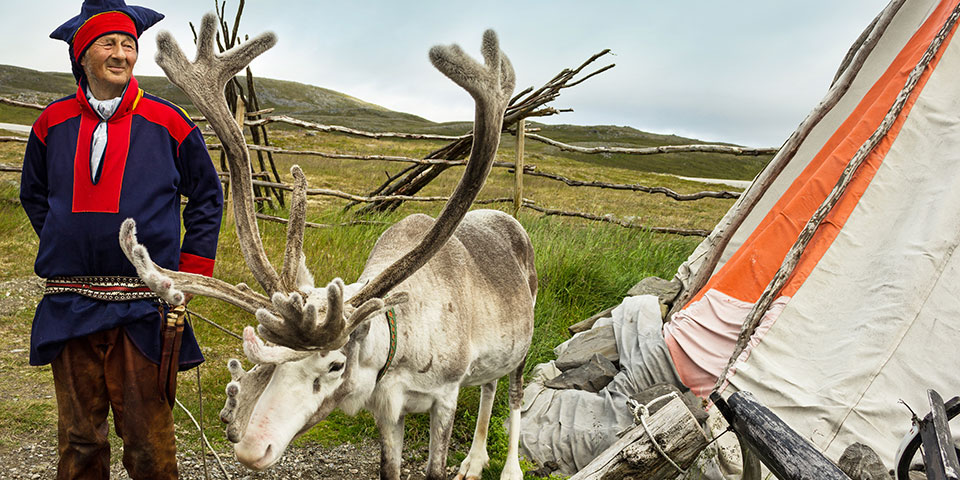Samer med sit rensdyr i Honningsvåg.