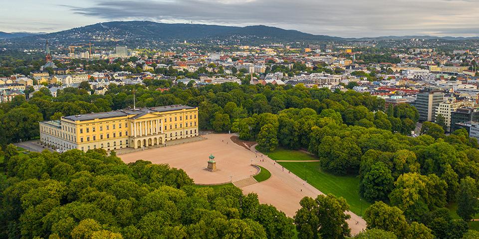 Oslos imponerende kongeslot set fra oven.