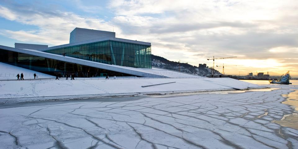 Oslos flotte operahus i vinterklæder.