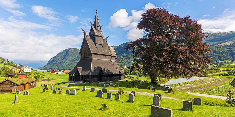 I Vik finder vi den imponerende Hopperstad stavkirke fra 1130.