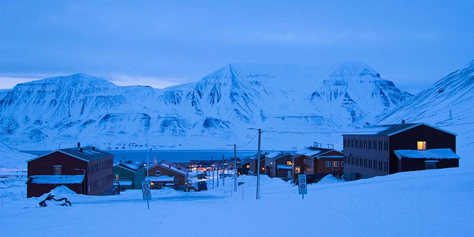 Pastelvinternes blide lys over Longyearbyen.