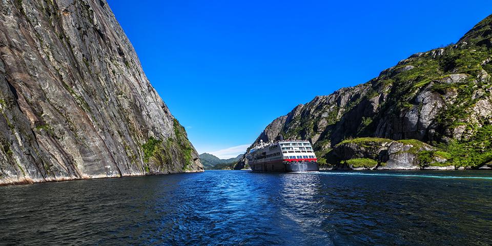 På vej ind i den betagende Trollfjord.