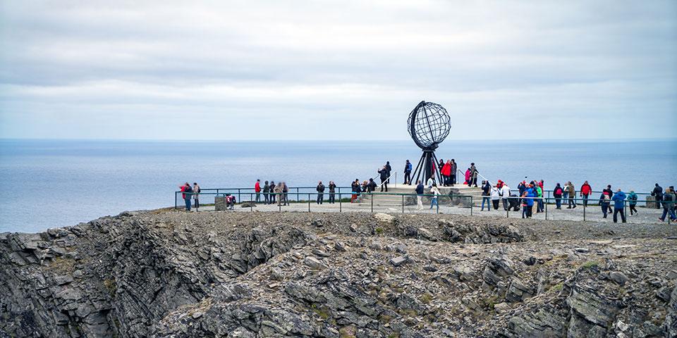 Fra den 307 meter høje Nordkap-klippe kan vi se ud over Ishavet.