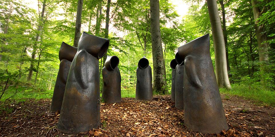 Per Pandrups keramiske kutteklædte sjæle i Ulkerup Skov.
