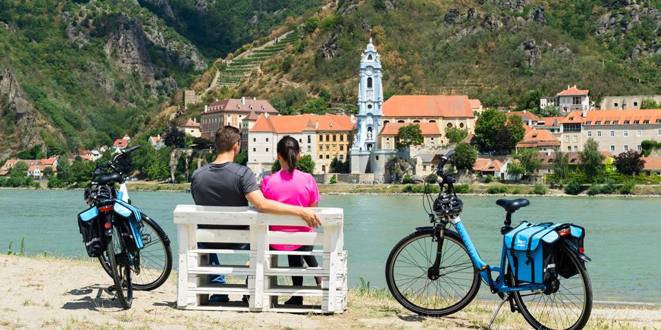 Et par cyklister tager en pause i den romantiske Wachaudal.