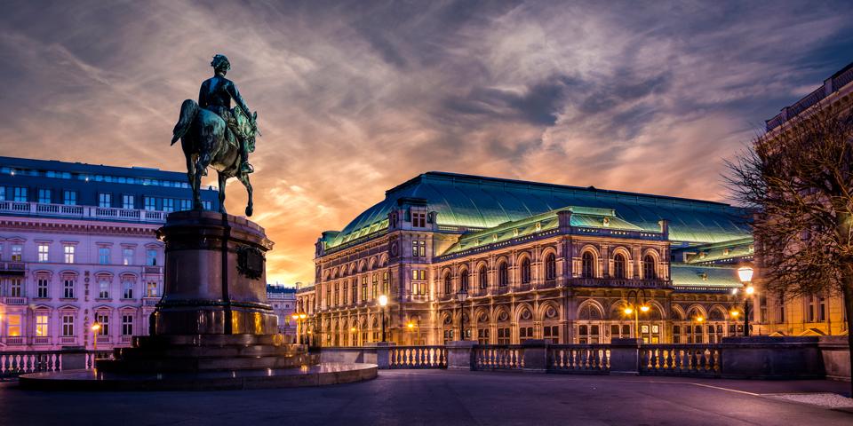 Operaen er en af mange bygninger i Wien der er flot oplyst om aftenen.