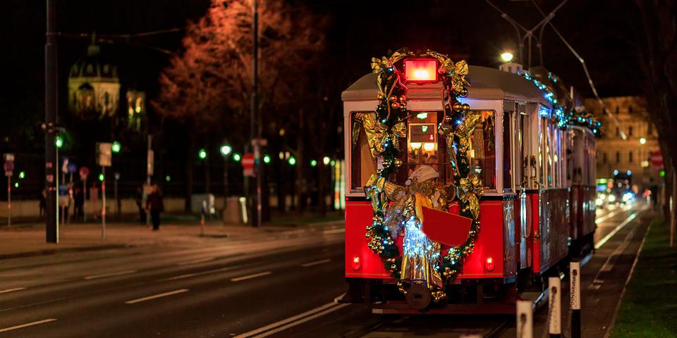 Juleudsmykket sporvogn i Wien.