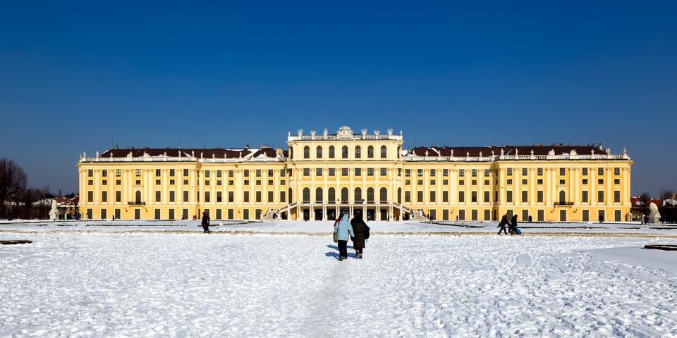 En snedækket park ved Schönbruun.