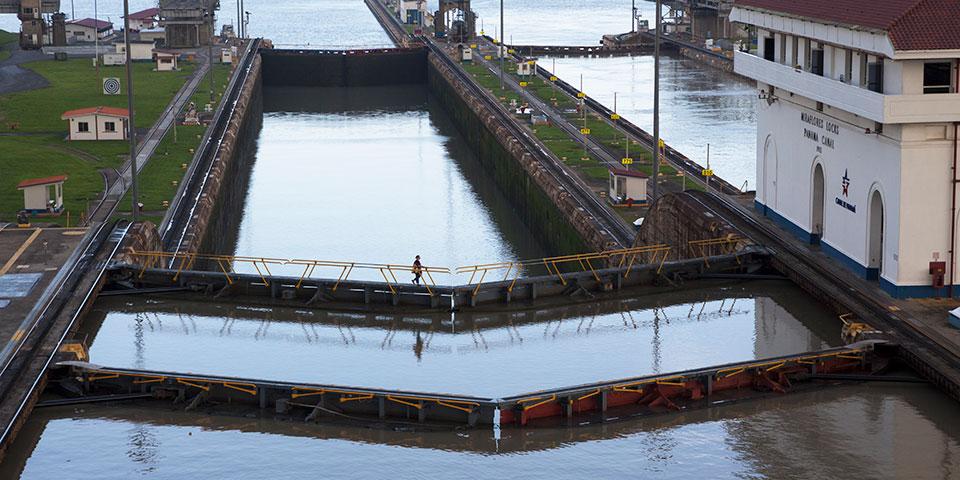 Kanalarbejder krydser Miraflores-slusen.