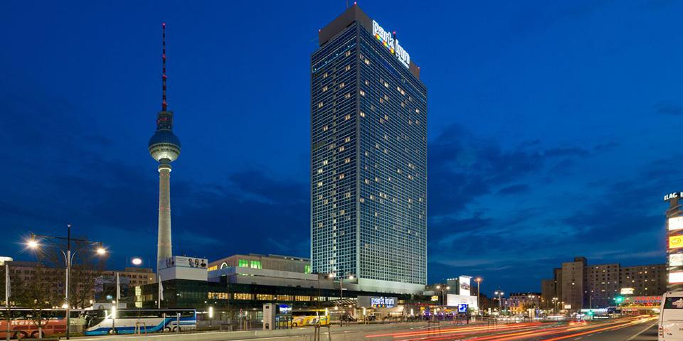 Park Inn ligger midt på Alexanderplatz.