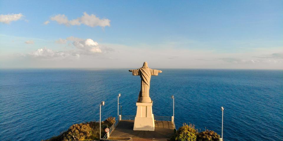 Kristusfiguren ved Garajau byder os velkommen til Madeira med åbne arme.