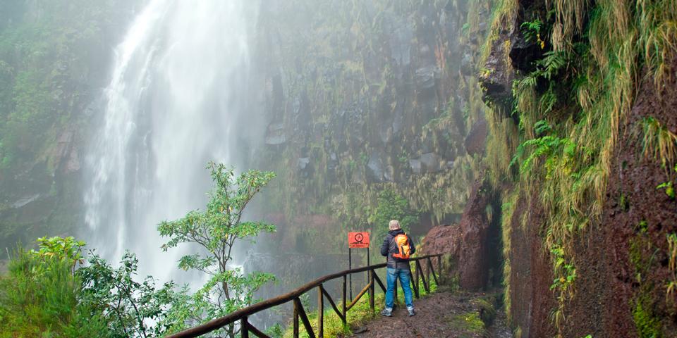 Udsigt til vandfald i naturreservatet Rabacal.