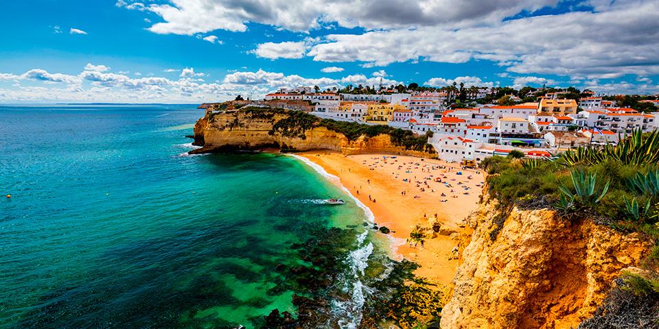 Byen Carvoeiro ligger smukt ved kysten.