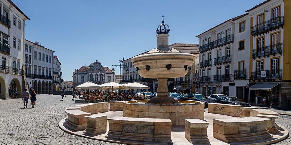 Den smukke fontæne på torvet i Évora.