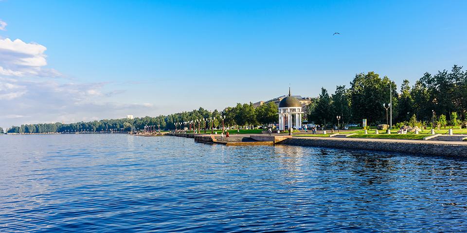 Petrozavodsk ligger skønt ud til Onegasøen.