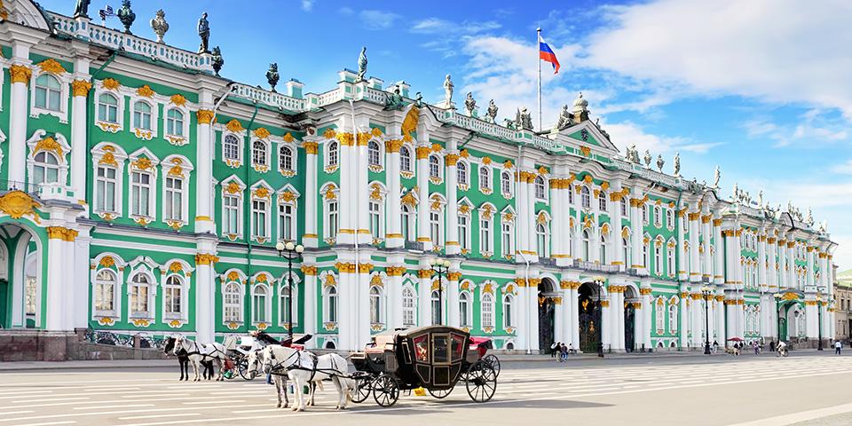 Vinterpaladset med den karakteristiske pastelgrønne barokfacade.