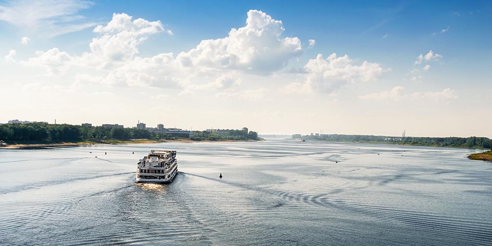 Vi nyder en hel dags sejlads på Volga.
