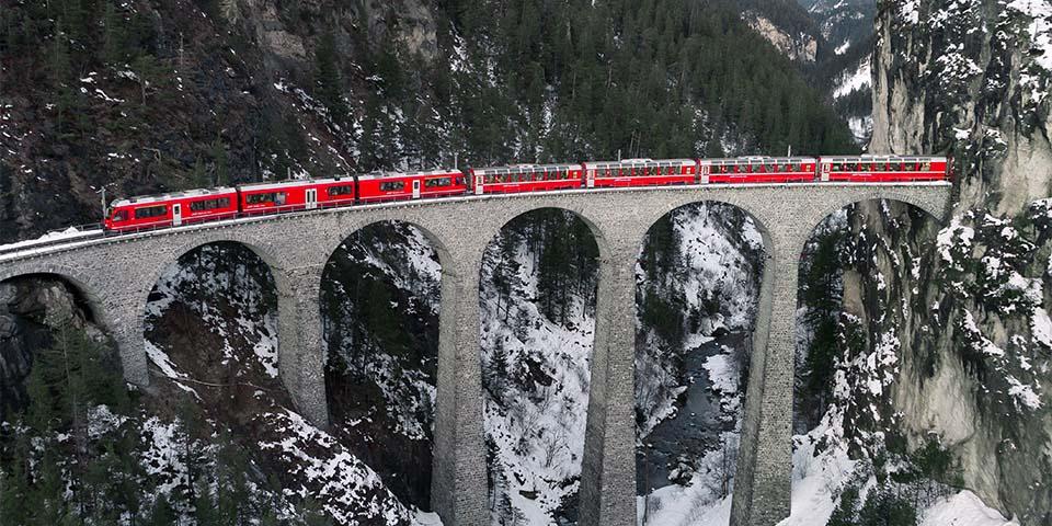 Med Bernina-ekspressen kører vi turen fra Tiefencastel til St. Moritz.