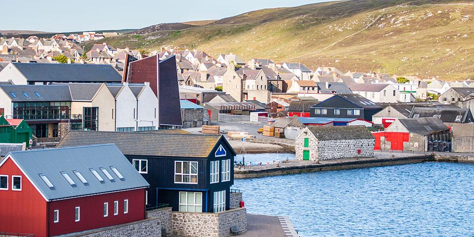 Shetlandsøerne og Lerwick byder på rendyrket idyl.