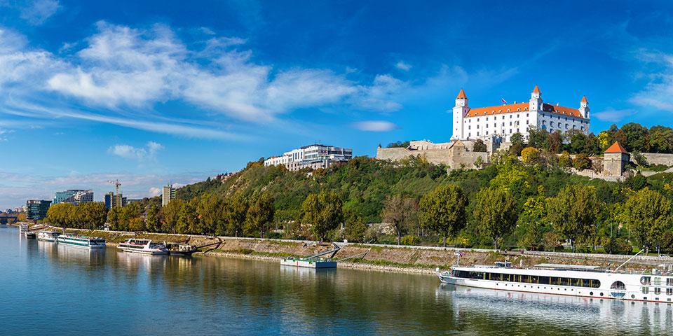 Over Donau troner Bratislavas vartegn.