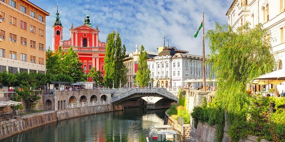 Livet nydes langs Ljubljanica-floden.