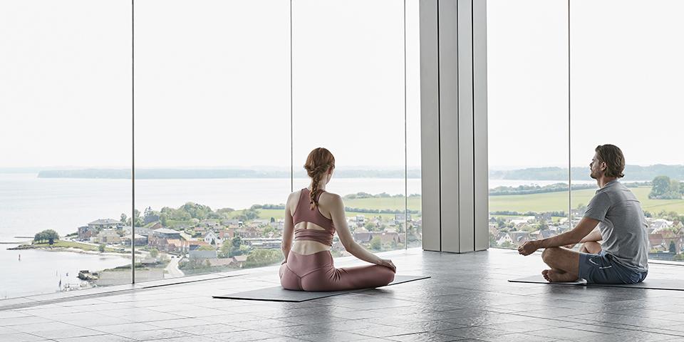 Yoga i skyerne  - med udsigt til Alssund.