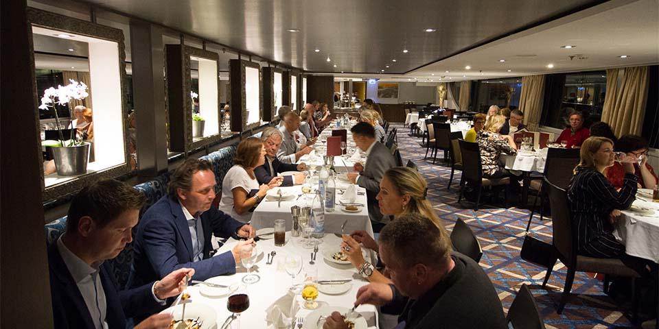 Afslappet atmosfære i restauranten ombord.