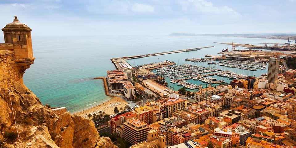 Udsigten over Alicante fra middelalderborgen Santa Bárbara.
