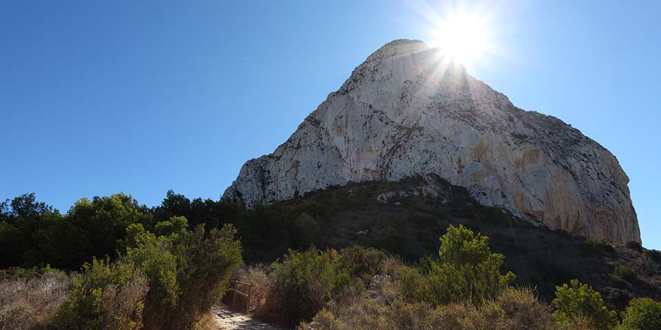 En fantastisk vandrerute fører gennem naturparken op ad Peñón de Ifach.