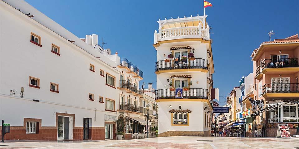 På torvet i Torremolinos finder du flere cafeer og butikker.