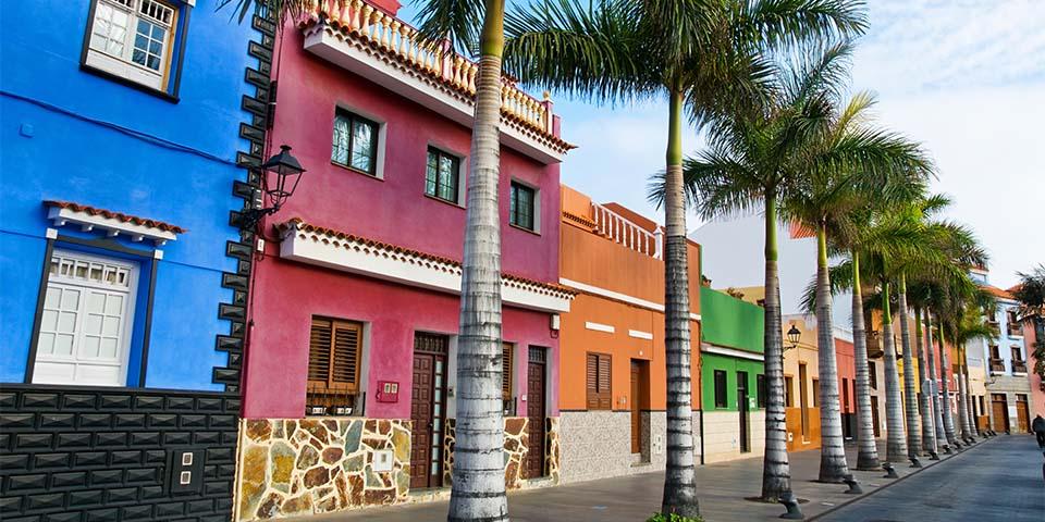 Farverige huse i Puerto de la Cruz.