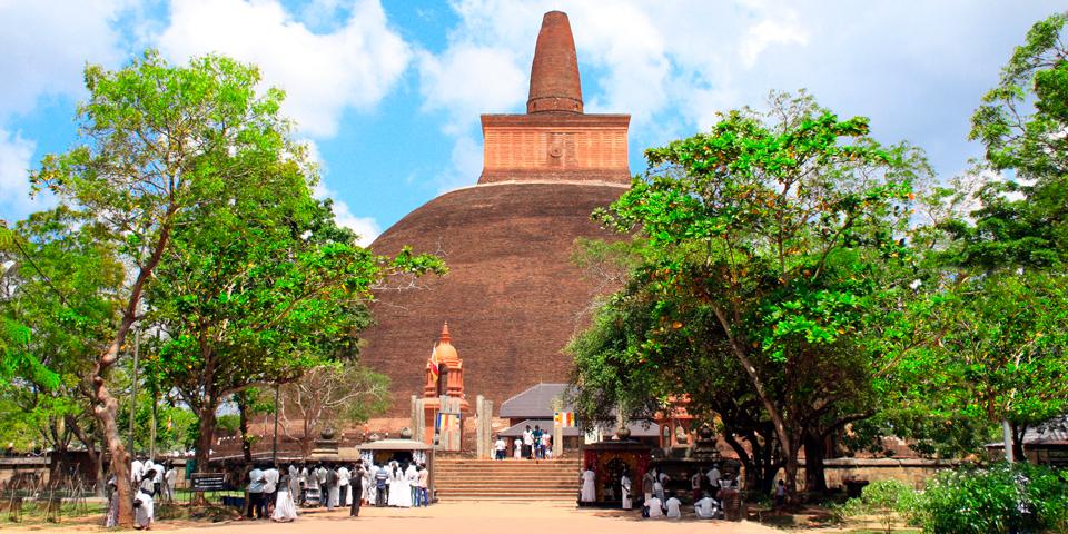 Gammel majestætisk stupa i Anuradhapura.