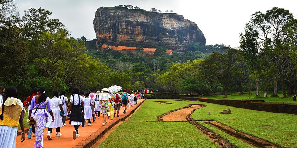 Folk på vej til Sigiriyaklippen.